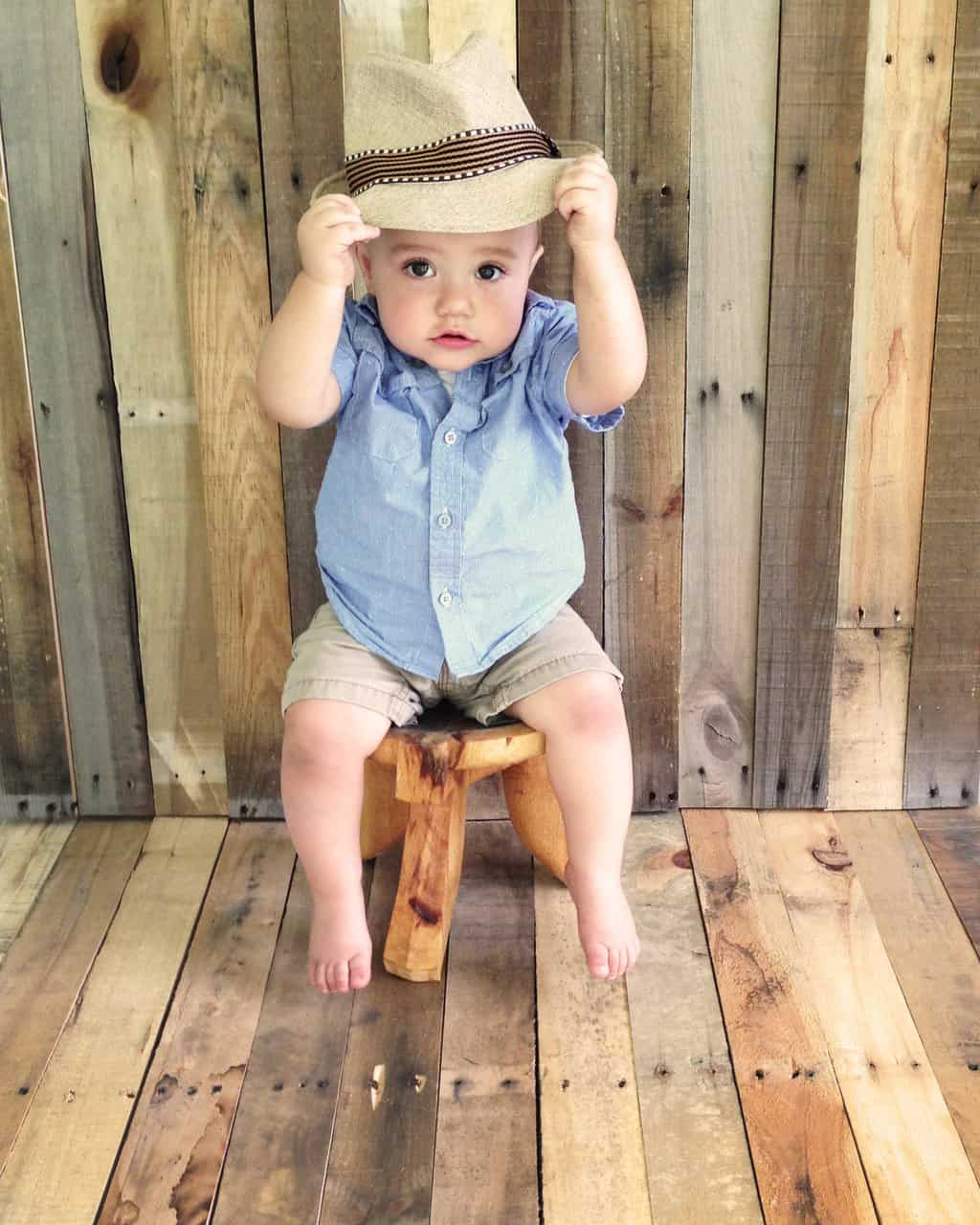 One Year Old Photos: 5 DIY Ideas and Tips | Capture your baby's first birthday photos with these easy DIY tips! | julesandco.net